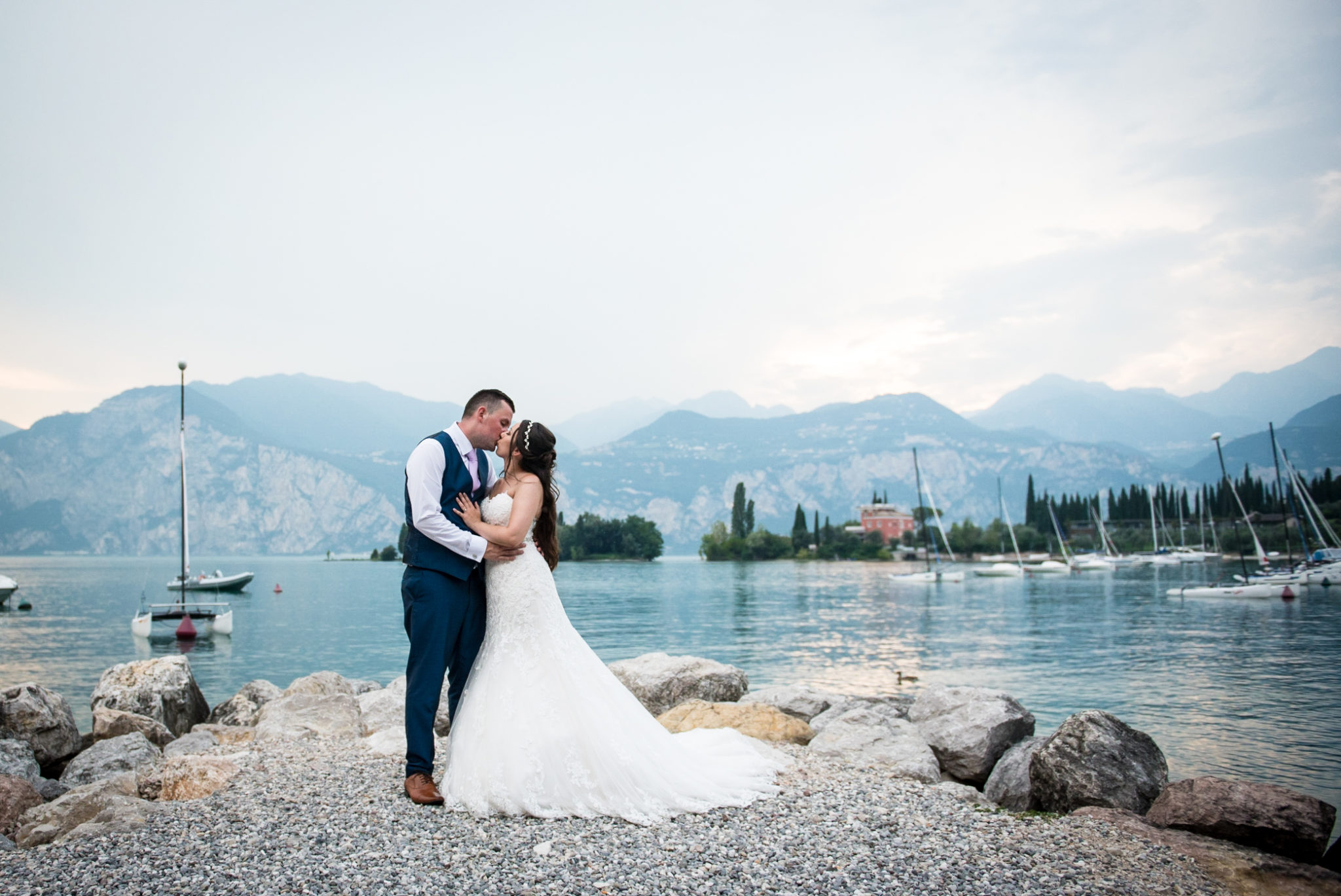 wedding kiss at lake Garda